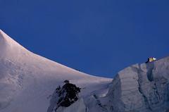una cordada regresa de Mont Blanc , llegando al refugio Vallot DSC2458 copia r (tomas meson) Tags: mountains alps nature montagne alpes nieve monte montaa chamonix mont bianco blanc hielo escalada montblanc valle tomasmeson