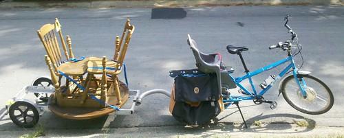 車には大きすぎる別の自転車トレーラーの負荷