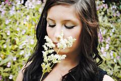 [フリー画像] 人物, 女性, 花畑, 目を閉じる, 201108251500