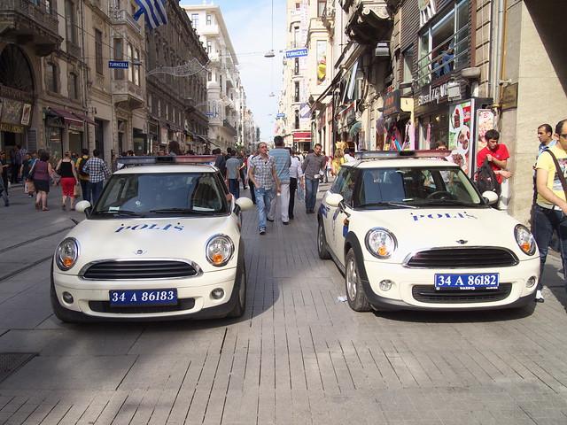 Istiklal Caddesi路上的雙胞胎警車