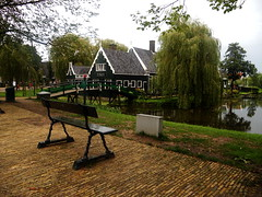 Una perla verde nel cuore dell'Olanda (RobbiSaet) Tags: city bridge trees verde green amsterdam alberi nikon village nederland ponte coolpix olanda zaanseschans città s3000 panchina villaggio paesibassi robbisaet robertasaettone