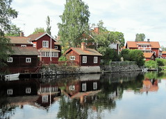 sweet small houses in Sundborn (Per Ola Wiberg ~ Powi) Tags: reflection sweden july harmony showroom dalarna 2011 redgroup photohobby greatworks hiddentreasure sundborn heartawards exemplaryshotsflickrsbest flickrsheaven excapture flickrestrellas royalawards thebestshot funfanphotos highqualityimage grupodehablahispana grouptripod greatshotss holycreationsofnature flickrsgottalent atyourbest bestpeopleschoice mygearandme kingdomphotography flickrshutterspace theexcellenceofthephotos dreamworks adminsfavorites legrupos