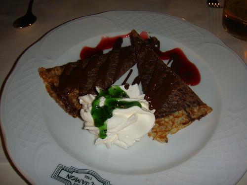 Crêpes de chocolate al aroma de fresas y espuma de kiwi