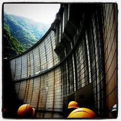 ダム施設内キャットウォークからの眺め。床は金網!下を見ると怖い…!