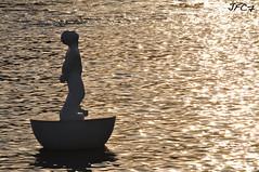 Ninot pixaner? (JFC.7) Tags: barcelona sunset sol backlight port contraluz puerto agua nikon mediterraneo arte bcn escultura mueco puesta estatua maremagnum fernandez vell josua ninot flotante d5000 jfc7 pixaner
