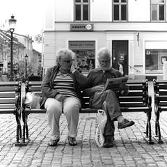 Bilder pa 1 timme (Music | Portraits | Reportage) Tags: street old grandma white news man black canon shopping bench lesen reading glasses 1 sweden alt candid schweden paar bank grandpa pa shock mann sverige oma brille frau weiss schwarz bilder shocking zeitung expert nykping einkauf ehepaar timme erschrocken