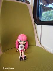 Maya en el tren cremallera regresando de Montserrat