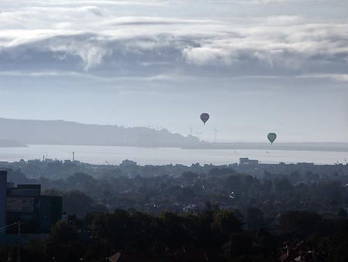 Globos sobre el puerto y playa de Gijón