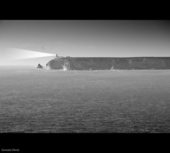 Cabo de San Vicente (- GD photography -) Tags: blackandwhite bw costa lighthouse white black byn blancoynegro blanco portugal faro mar cabo negro atlantico sanvicente cabosanvicente cabosãovicente oéano blinkagain