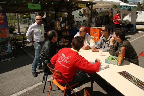 Discussion au soleil entre Nicolas de Bellaciao, Serge Comba (Ludocom), Jean-Louis Roubira et Regis Bonnessée (Libellud), Pierre André Dewitte (Ipso Ludo) et Julian (chambouliste et organisateur du festival Ludix).