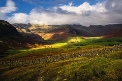 spotlight (Dennis_F) Tags: uk autumn light england sky lake fall clouds zeiss landscape licht shadows unitedkingdom district sony united herbst great wide lakedistrict himmel wolken kingdom valley fullframe dslr landschaft sonne lakeland ultra ssm tal thelakes langdale 1635 uwa thelakedistrict weitwinkel ultrawideangle uww a850 163528 sonyalpha sonydslr vollformat zeiss1635 sal1635z cz1635 sony1635 dslra850 sonya850 sonyalpha850 alpha850 sonycz1635