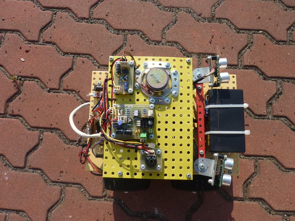 Dva ultrazvuky a obvody pro generování zvuků na vrchu Snobota.
