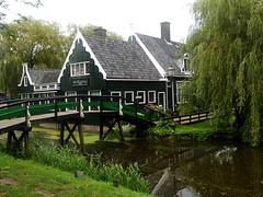 Passaggi verdi (RobbiSaet) Tags: city bridge trees verde green amsterdam alberi nikon village nederland coolpix olanda zaanseschans città s3000 villaggio paesibassi robbisaet robertasaettone