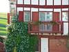 Ainhoa, Pyrénées Atlantiques: plumbago et balcon fleuri