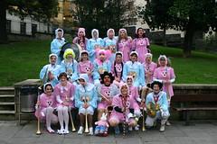 La asociación ACHE vestida de niños pequeños. Foto de grupo en el Parque Marques de Valdespina