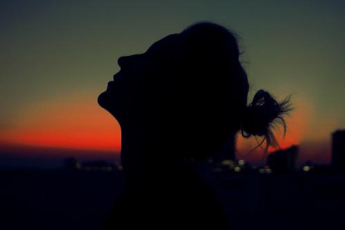 [フリー画像] 人物, 人と風景, 夕日・夕焼け・日没, 横顔, シルエット, 201109170100