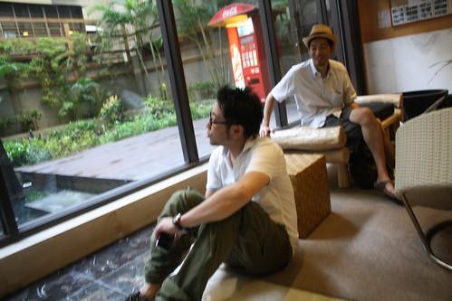 [台湾2.5] しばらく遅れておっさんがやってきて、マンションにチェックインした。