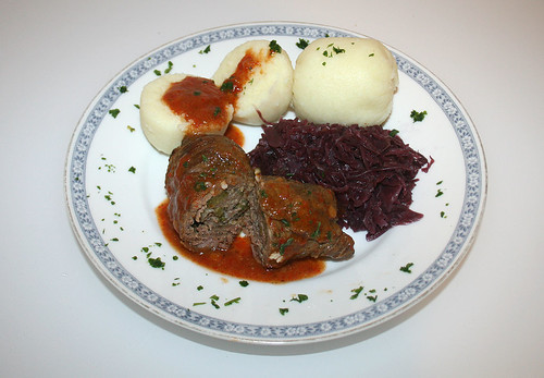 37 - Rinderrouladen mit Rotkohl & Klößen - Serviert