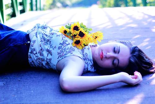 [フリー画像] 人物, 女性, 向日葵・ヒマワリ, 寝顔・寝ている, 201108220900