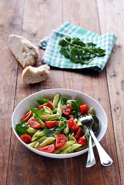 1.Insalata di pasta con pomodorini al pesto di rucola