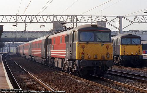uk england electric train britain transport traction engine rail railway loco gb british locomotive staffordshire stafford virgintrains passengertrain cityofmanchester motivepower 87007 staffordstation class87 87022 lewadamstheblackprince