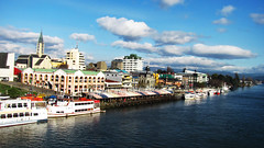 Valdivia (ankhes) Tags: chile sol rio puente restaurant muelle lluvia barco feria mercado sur turismo isla rios artesania bote valdivia fluvial austral soleado islateja callecalle delosrios