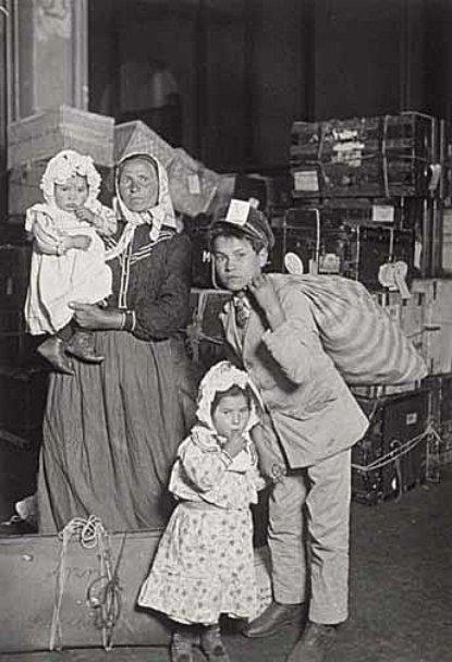 italianfamilylookingforlostbaggageellisisland1905gehsmall