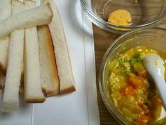 お昼に初めて卵(黄身)を与えてみました。アレルギー大丈夫みた い。(2011/9/18)