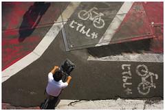 The Cyclist (It's Stefan) Tags: shadow red texture bike japan linhas tokyo  bicicleta ciclismo bici   cyclepath gomtrie velo birdseyeview bicicletas lignes  geometria vogelperspektive luftaufnahme lneas carril linien worldphotographyday   vistadepajaro bicycletrack  vistadallalto   visopanormica enplonge  avistadocell    kubakgrn    stefanhoechst stefanhchst stefanhoechst