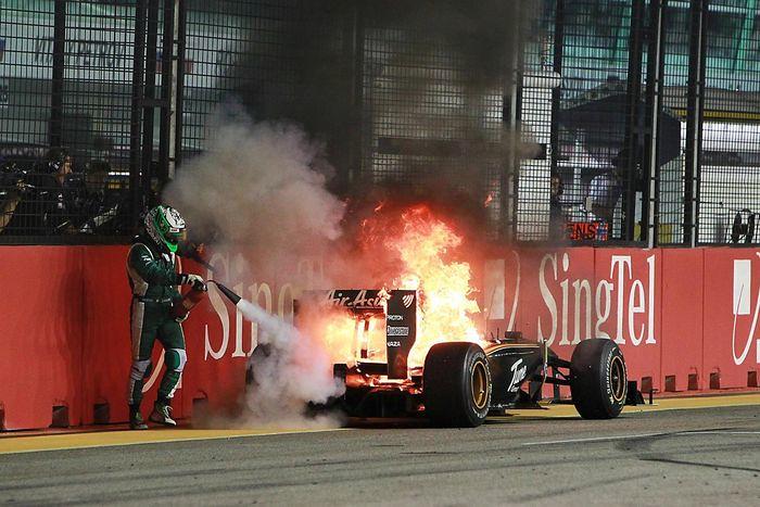 Хейкки Ковалайнен тушит свой Lotus T127 на Гран-при Сингапура, 2010-й год