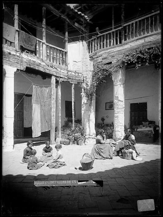 Patio en la Calle de las Bulas en el siglo XIX. Fotografía de Casiano Alguacil. Ayuntamiento de Toledo