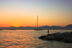 atardecer en el mar - sunset in the sea (Maria_Aguado) Tags: sunset sol saint de atardecer tropez puesta factor naranja humano
