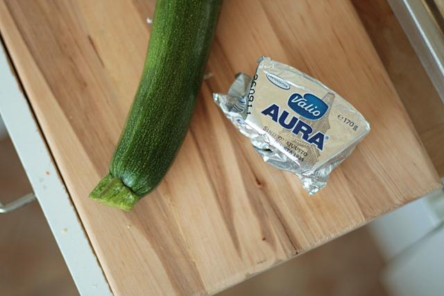 kesäkurpitsa ja aura-juusto