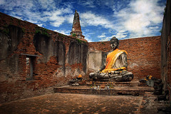 Ayutthaya (Mathijs Buijs) Tags: park building brick canon thailand temple eos ruins asia buddha sash filter historical wat polarizer circular ayutthaya polarizing 400d worachettharam