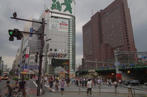 新宿「思い出横丁」に夕立が降る