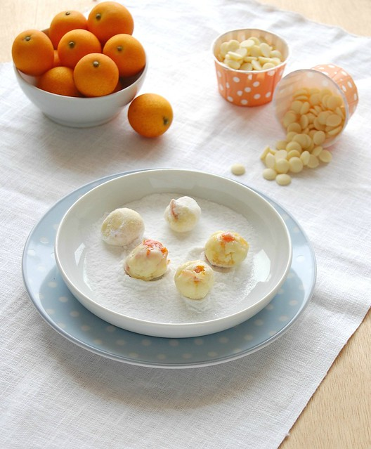White chocolate, lime and dandied kumquat truffles / Trufas de chocolate branco, limão e quincans em calda