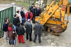 Grupo de personas escuchando la explicación del funcionamiento de las excavadoras en el centro Izarra en la escuela de maquinaria de obra pública, elevación y transporte.