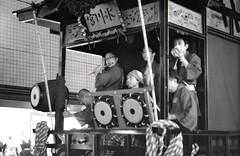 Musicians, Akasaka matsuri (View Master 187) Tags: camera japan start tokyo soviet rodinal russian matsuri akasaka fujineopan400 ctapt