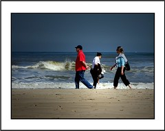 Strand (Theo Kelderman) Tags: man holland netherlands canon blauw nederland zee rood wit zand strandwandeling golven vrouwe theokeldermanphotography mei2011 tussenzandvoortenijmuiden