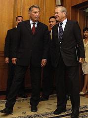 800px-Kurmanbek_Bakijev_&_Donald_Rumsfeld_2005-July-26