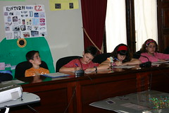 En el salon de Plenos de la Casa Consistorial los alumnos de los centros de Ongarai, Eskolabarri, San Lorenzo y Anaitasuna realizando las labores de los concejales