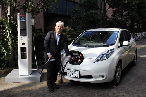 日産製「新型急速充電器」のデモをする日産リーフのチーフビークルエンジニア門田英稔