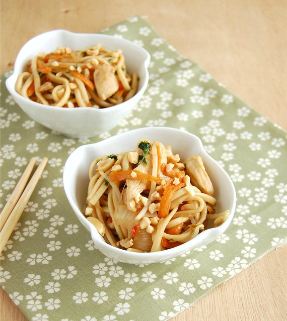 Chicken pad thai with lime and peanuts / Pad thai de frango com limão e amendoim