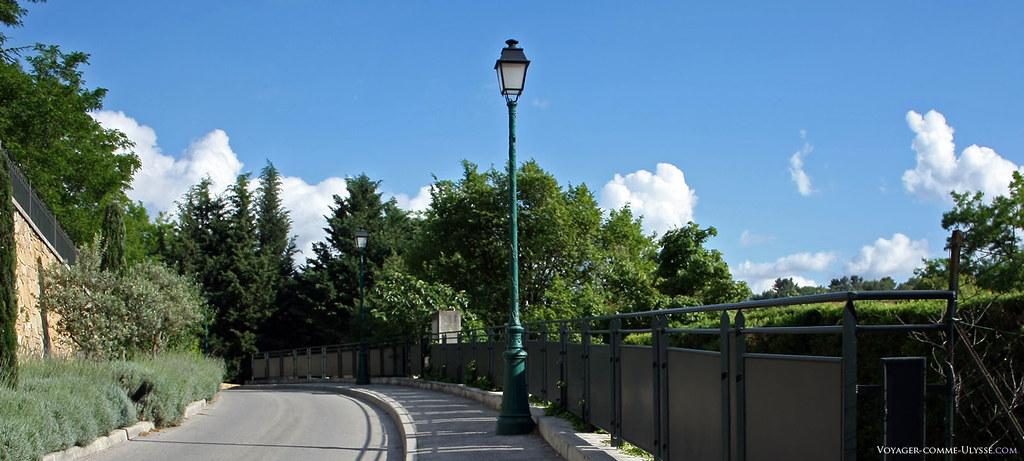 Un lampadaire de Fuveau. Le village est propre et bien entretenu. Les cables sont enterrés, peut-être qu'un jour les cables des habitations le seront un jour aussi?