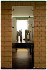 A l'étage, autour du grand bassin, les cabines des vestiaires sont aménagées en vitrines. (Barbara DALMAZZO-TEMPEL) Tags: vase lapiscine céramique roubaix muséedartetdindustrieandrédiligent
