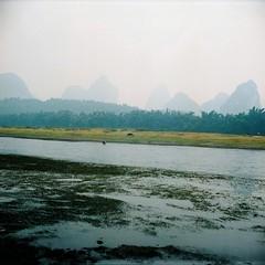 Li River (©skarson) Tags: china mountain film analog river liriver li kodak guilin yangshuo 400 lubitel2 lubitel portra kina guangxi zhongguo 广西 kodakportra400 廣西 阳朔县
