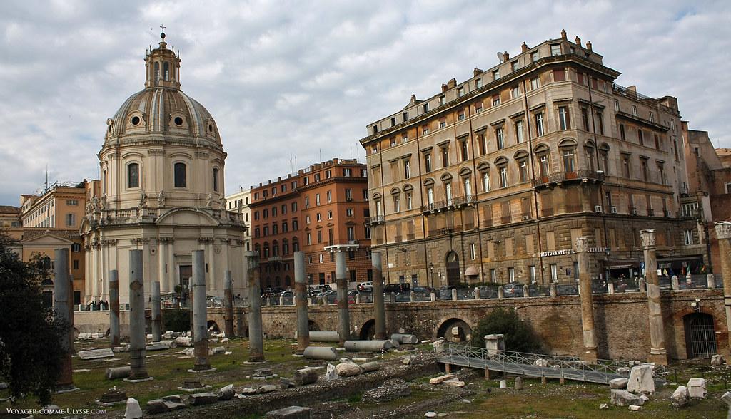 Igreja Santissimo Nome di Maria al Foro Traiano, em frente à basílica Ulpia, do nome da família de Trajano, Ulpius.