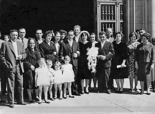 Novios e invitados de boda en la puerta del Pilar de Zaragoza