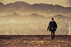[フリー画像素材] 人物, 男性, 砂漠, 山, 中国人, 岩山, 風景 - 中国・中華人民共和国 ID:201110250400