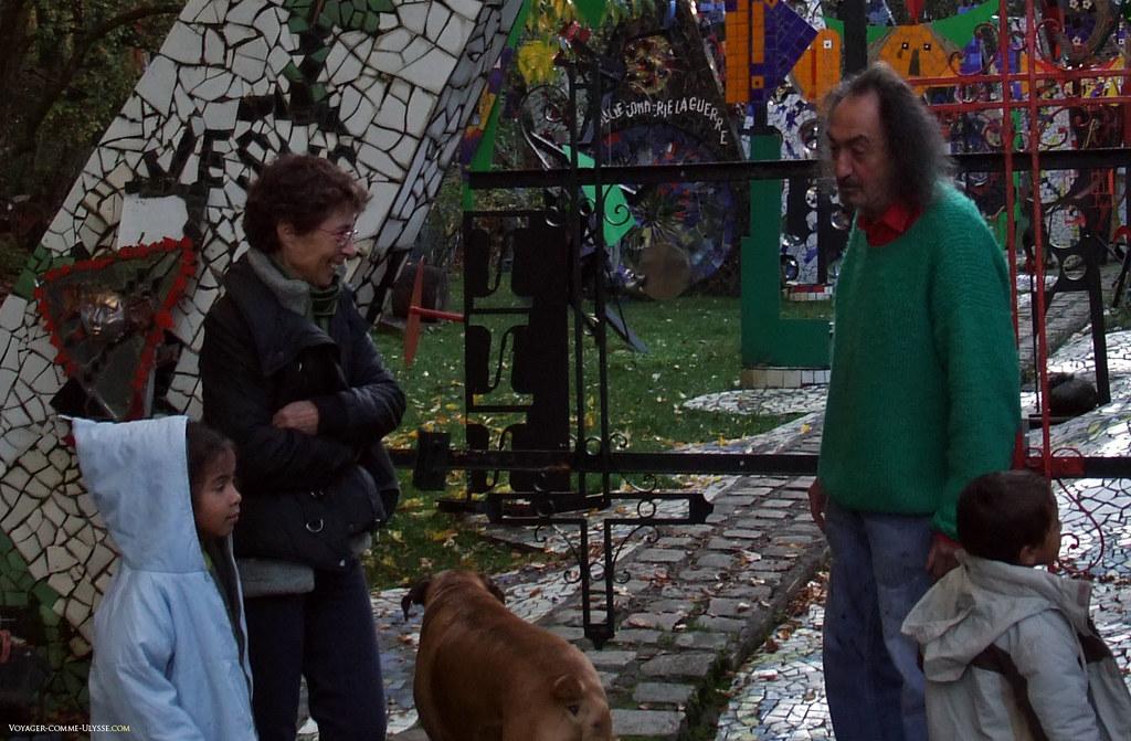 Jean Linard accueillant les visiteurs de sa cathédrale, ravis de découvrir l'artiste, en chair et en os